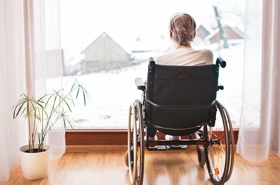 mujer-mayor-en-silla-de-ruedas-soledad-dependencia
